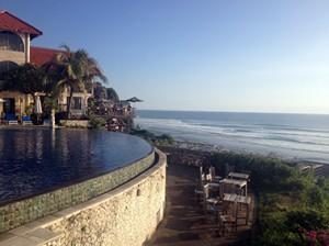 Faszinierende Aussicht auf die Surfer von Blue Point Infinity Pool in Uluwatu