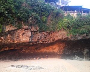 Bye, bye Uluwatu - die sogenannte Höhle, die man nach vielen endlose erscheinenden Treppenstufen erreicht